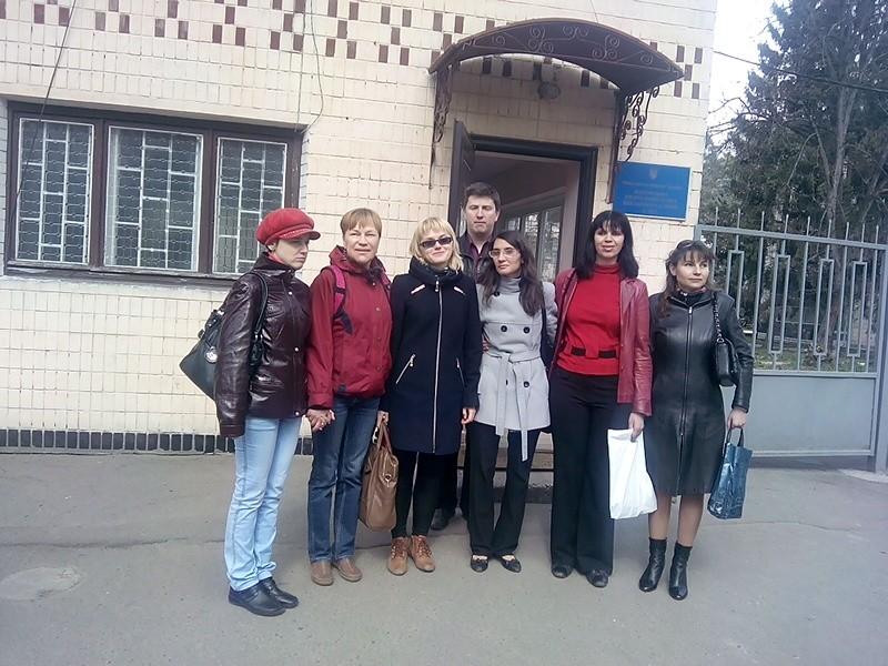 Активісти КМО ВГО «Генерація успішної дії» біля прохідної Ірпінського військового шпиталю (18.04.2015)