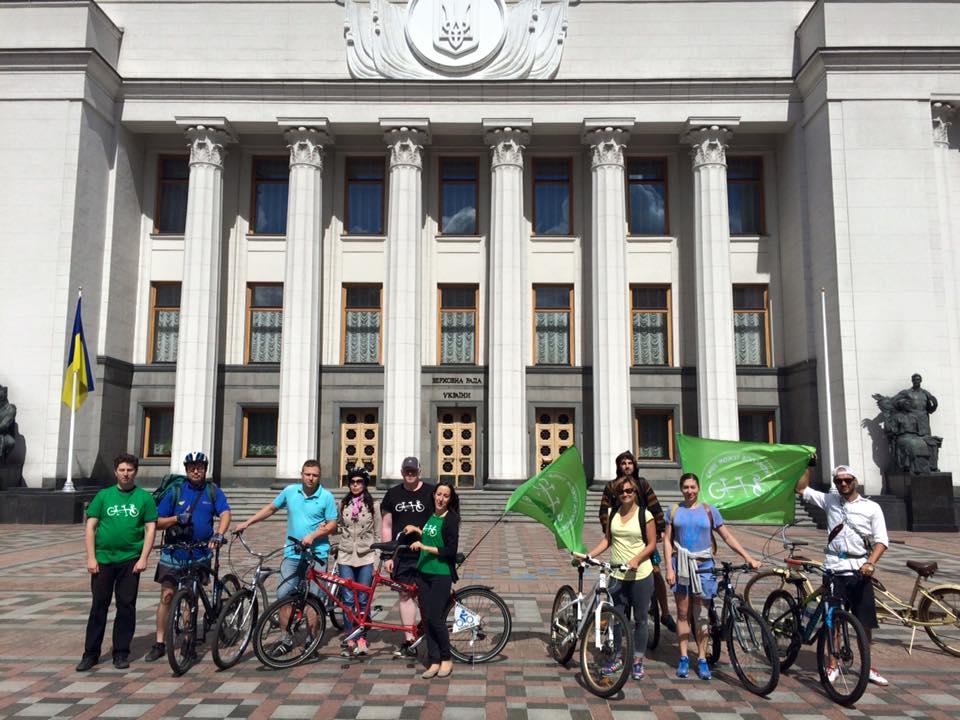 Учасники велопробігу біля Верховної Ради України